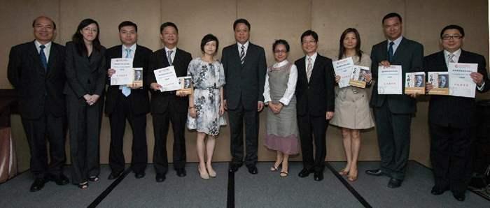 5位獲得表現優秀獎之主管除獲得證書外,還獲贈「專業主義」一書