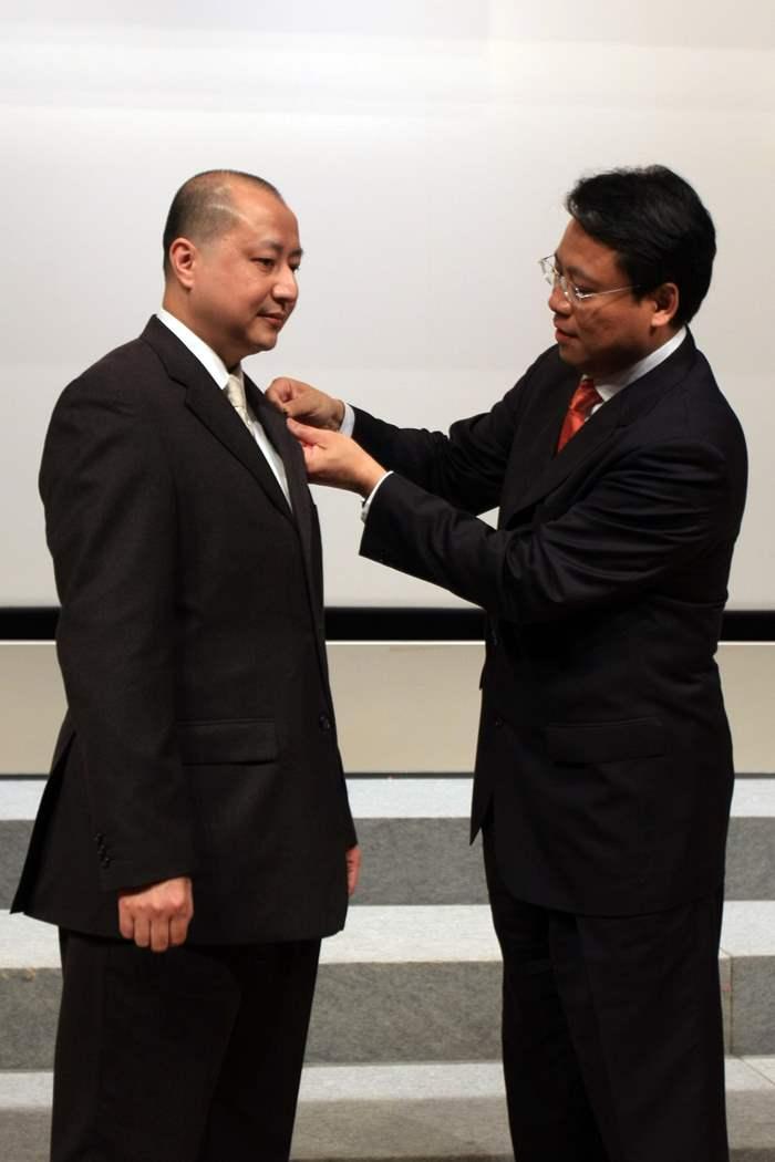 創會會長Addy 將精英會會長徽章頒授予Fred Chau。