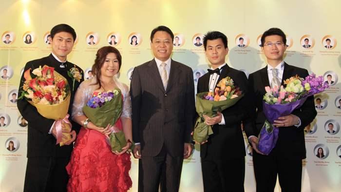 4位應屆傑出推銷員接受中原地產港澳行政總裁黃偉雄先生的祝賀。
