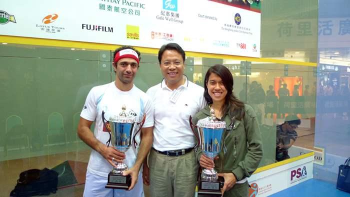 中原地產港澳行政總裁黃偉雄先生與大賽男、女子賽事的得獎者合照。