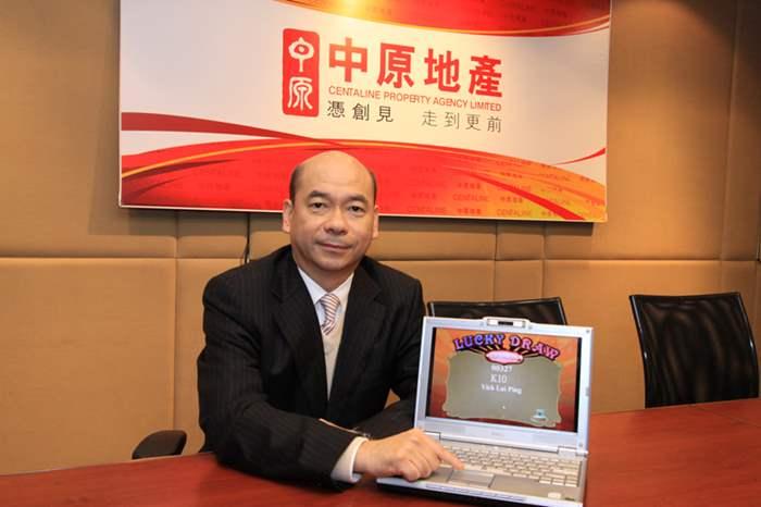 陳永傑先生代表中原地產抽出三獎幸運兒。