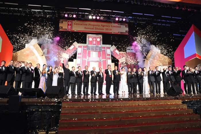中原集團主席施永青、副主席兼行政總裁黎明楷、中原地產港澳總裁黃偉雄及眾董事主持祝酒儀式。