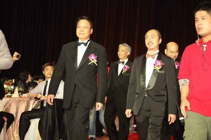 黎明楷先生及黃偉雄先生率領各董事進場。