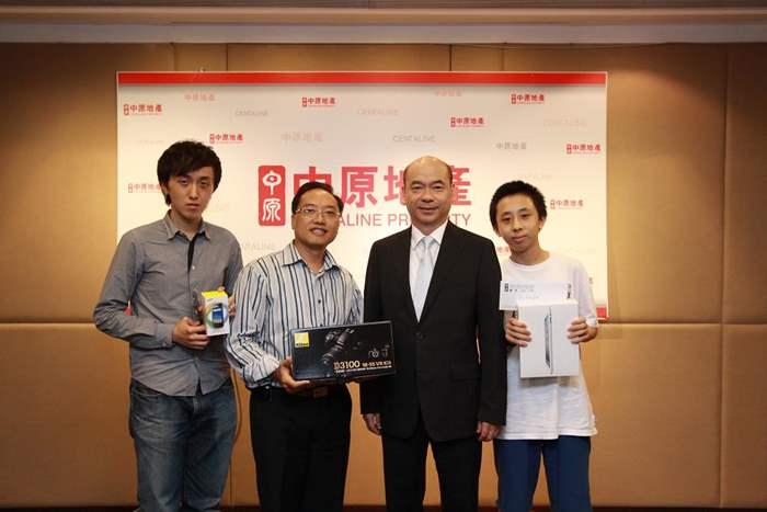 中原地產住宅部亞太區董事總經理陳永傑代表中原頒發公開組頭奬、二奬及三奬