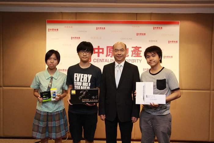 中原地產住宅部亞太區董事總經理陳永傑代表中原頒發學生組頭奬、二奬及三奬