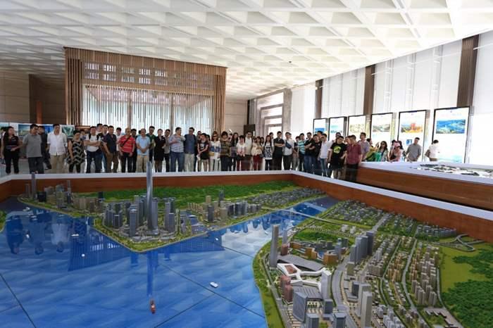 面對橫琴新區的模型,精英們都細心觀察。