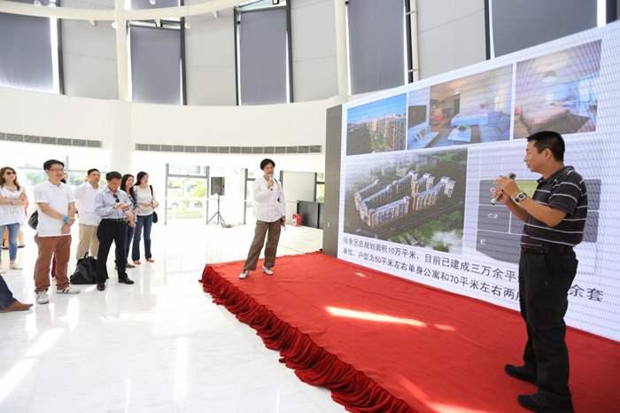 九龍董事劉瑛琳代表精英們,向項目負責人提問,以了解項目更多細節。