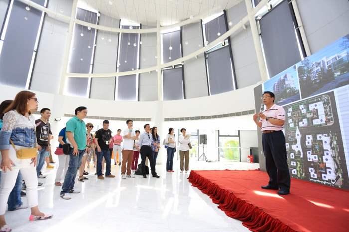 創會會員黃偉雄先生對項目甚有興趣,也作提問。