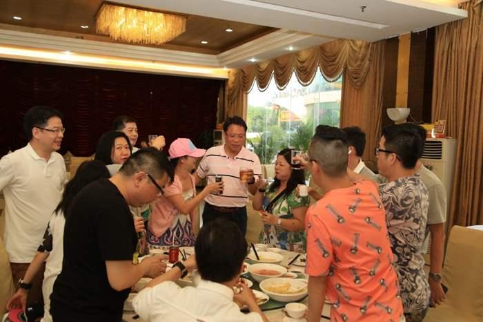 雖不是豪華夜宴,但大家難得輕鬆聚一聚,亙相敬酒,暢談甚歡。