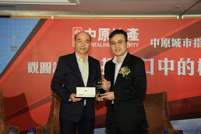 亞太區住宅部總裁陳永傑向鄧世安致送紀念座。