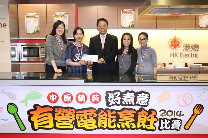 中原地產亞太區總裁黃偉雄(中)頒發現金獎$3,000及獎牌予得獎隊伍。