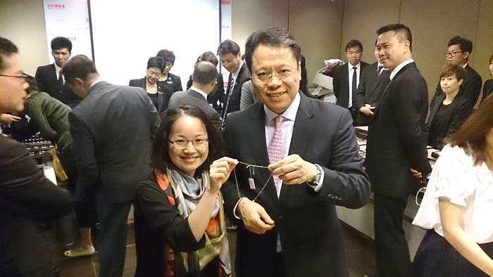 亞太區總裁黃偉雄先生(右)與同事分享揀選珠寶心得。