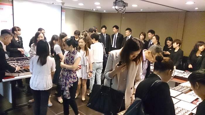 會議室人山人海,場面熱鬧。