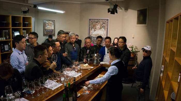 精英參觀酒莊,透過專業的講解,認真品嚐當地美酒及了解背後文化。