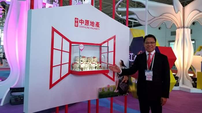 黃偉雄先生於開幕禮前在展區內留影。而小睦作為中原地產的代表,展示了香港品牌活潑親切的一面。