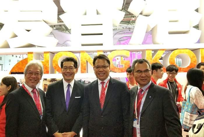 商務及經濟發展局局長蘇錦樑(左2),黃偉雄(右2),香港品牌發展局副主席吴清焕(右1)