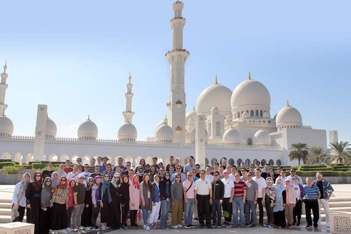 阿聯酋是穆斯林國家,遊客必到謝赫扎耶德大清真寺參觀,也是少數讓非穆斯林人士進入的清真寺。