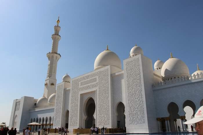 謝赫扎耶德大清真寺以阿聯酋第一位總統首任總統命名,寺內有八十二個圓頂、四座高107公尺的宣禮塔。