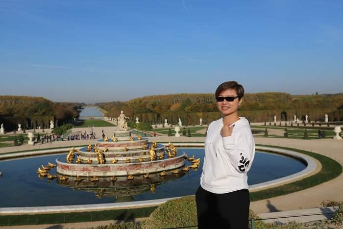 凡爾賽宮花園和噴泉,現時為旅客必到訪的法國景點之一。在晴天之下的歷史名勝中,應屆精英會會長Kennie也要留下倩影。
