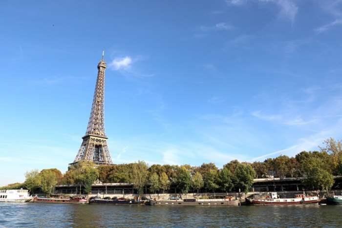 塞納河是流經巴黎市中心的法國第二大河,沿岸地區亦年被聯合國教科文組織列為世界文化遺產。從河畔欣賞巴黎鐵塔,別有一番風味。