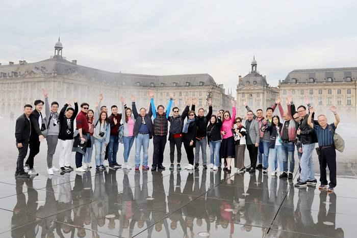 波爾多水鏡廣場位於城市中心,地上有鏡像和霧狀效果,廣場上的建築物因而倒映在水中,十分美麗。