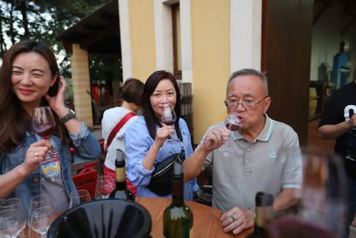 行程中,眾精英亦有機會一嚐波爾多的高品質美酒,享受之餘亦認識了更多紅酒知識,可跟客戶分享呢!