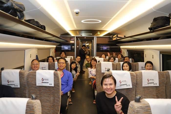 過百位精英會成員一同乘坐高鐵。