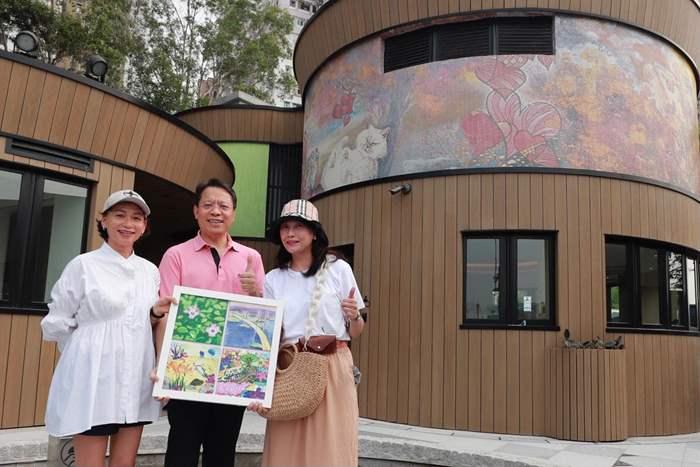 中原贊助位於「堅.農圃」的「小城大愛 - 愛‧珍惜」藝磚計劃。生息Breathe Life兩位藝術家楊素珊女士(左)及陳竹君女士(右)送贈紀念品予中原。