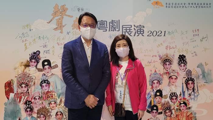 中原地產亞太區主席兼行政總裁黃偉雄先生與聲輝粵劇推廣協會會長芳雪瑩女士。