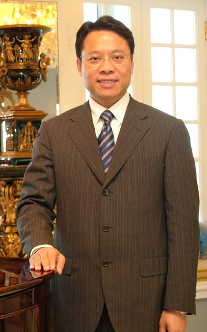 中原地產行政總裁(香港澳門)黃偉雄過去人生中,有不少「良師」,當中包括他的父母。