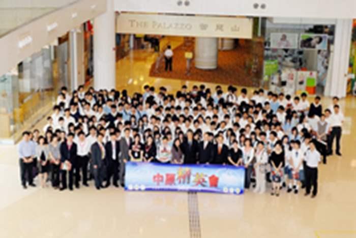 200多位師生及中原精英於示範單位前拍照留念,聲勢壯大。