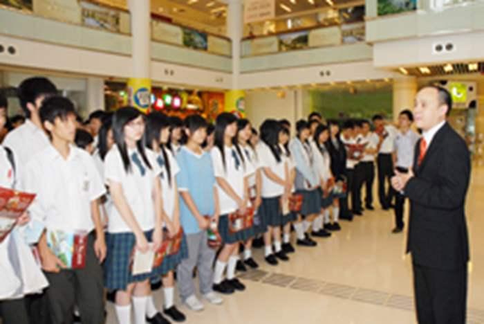 沙田區營業董事黃澤文(Adrian)於進場前為同學講解參觀流程。