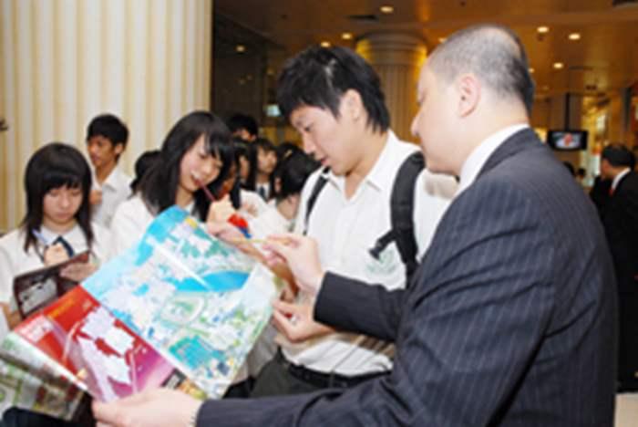 同學對於樓盤興趣甚濃,並與Fred Chau一同研究樓盤宣傳單張。