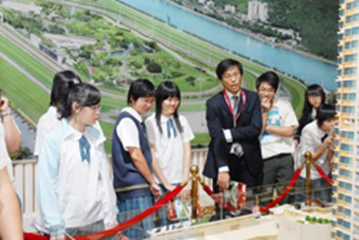 造型精緻的樓盤模型,吸引學生駐足觀看。