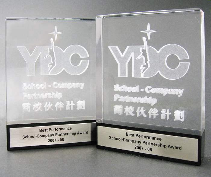 中原獲青年企業家發展局頒發兩個「最佳商校伙伴獎」。