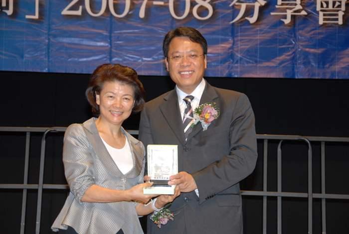 黃偉雄先生獲青年企業家發展局主席梁劉柔芬女士致送紀念品。