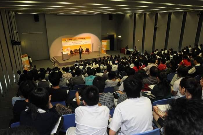 簡介會座無虛席,師生均專心聽取講者心得及比賽的細則。
