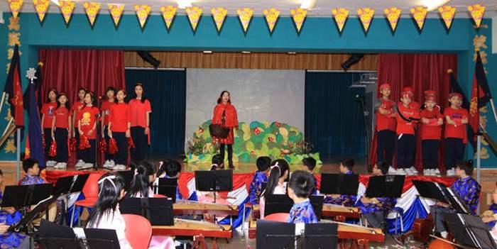 """學校的英語話劇團為來賓表演""""小紅帽""""話劇"""