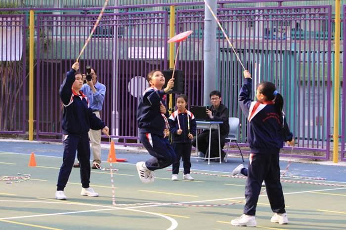 學校的花式跳繩隊表演難度高的跳繩項目