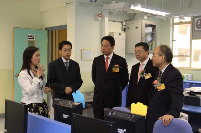 典禮後校方安排來賓參觀學校設施 -- 老師向中原慈善基金的成員介紹電腦室設施