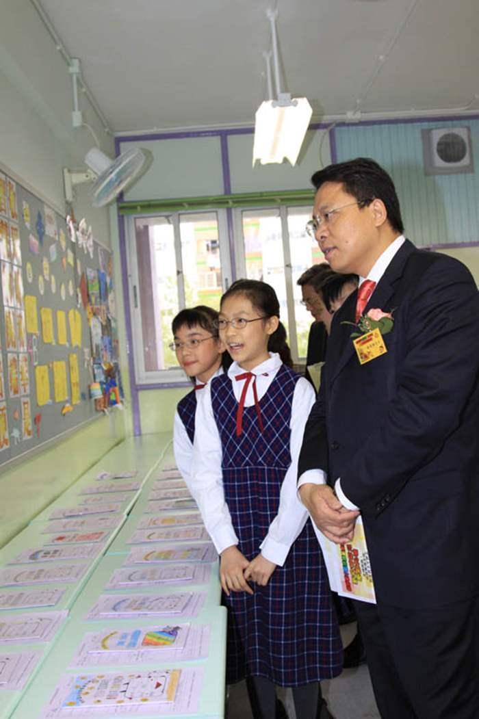 高年級學生亦向來賓介紹學校活動