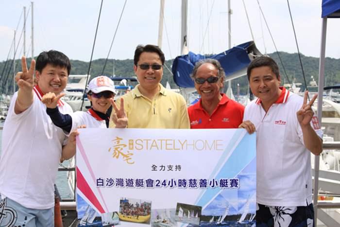 港澳行政總裁Addy(中)、Angela (左2) 與白沙灣遊艇會總經理Michael (右2)合照留念。