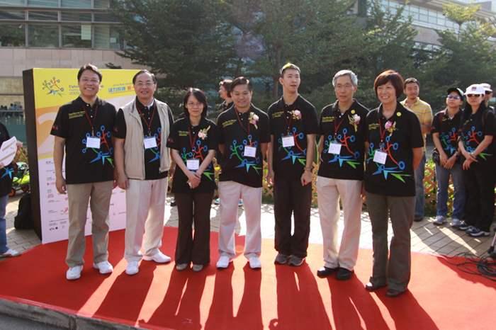Addy與大使蘇樺偉及一眾主禮嘉賓合照