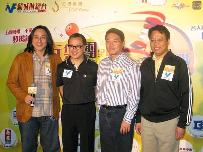 港澳行政總裁黃偉雄(右一)與名人隊。