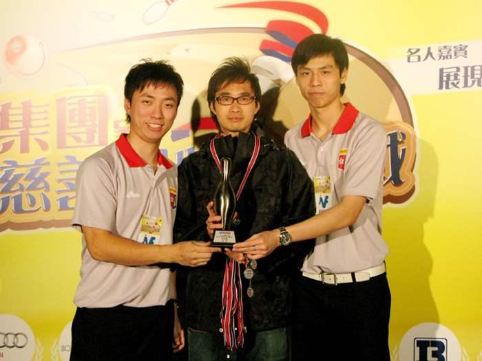 中原地產代表隊參與銀碗賽,並由港隊代表胡兆康(左)及甘兆麟頒獎(右)