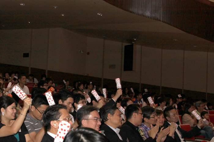 現場氣氛熱鬧,觀眾手持由學員製作的環保樂器與台上的表演者打成一遍。