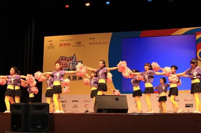 「啦啦隊舞」學員在台上盡顯青春活力的一面。
