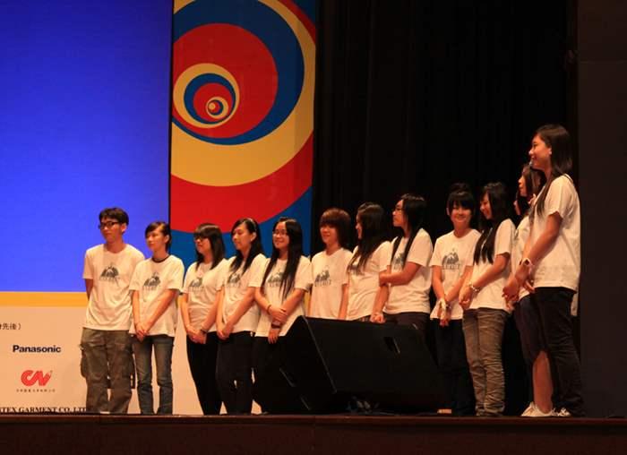 「飾物設計」學員在導師指導下,負責為非洲鼓、唱歌等多個課程的學員設計飾物。