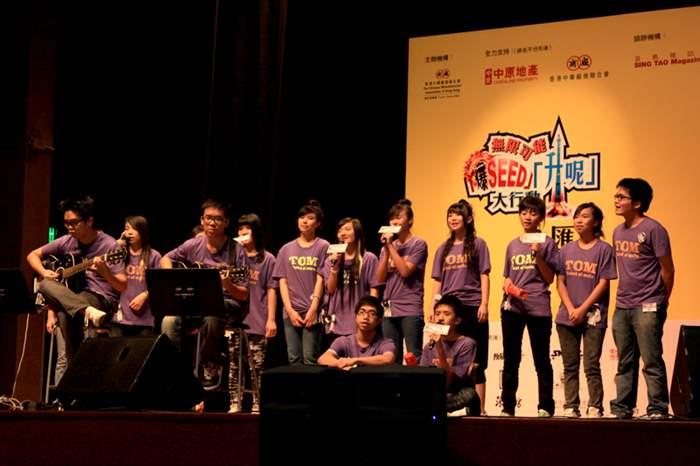 「唱歌」課程的學員在匯演中先後演唱了3首歌曲,牽動全場氣氛。