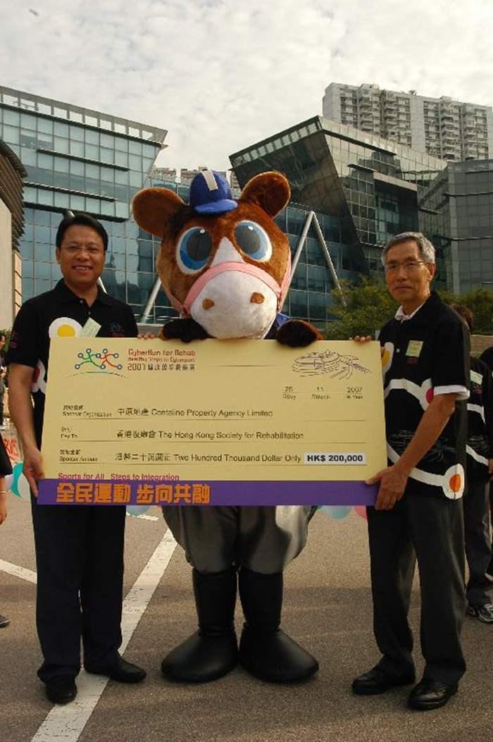 董事總經理黃偉雄將二十萬元的善款支票移交香港復康會會長方津生醫生。